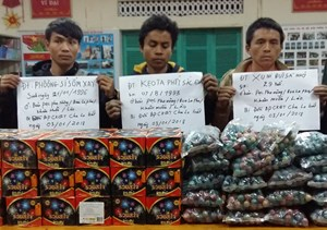 Bắt giữ 3 người Lào vận chuyển trái phép 64kg pháo lậu