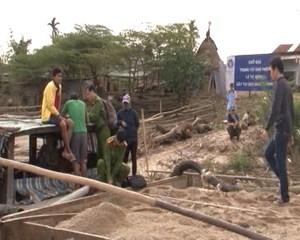 Bắt quả tang 6 ghe máy hút cát trái phép trên sông Thu Bồn