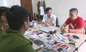 Bắt quả tang đối tượng người nước ngoài dùng thẻ ATM giả rút tiền