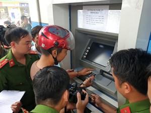 Bắt 3 đối tượng người Trung Quốc dùng thẻ ATM giả để trộm tiền