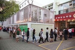 Người dân Hong Kong đi bỏ phiếu bầu các thành viên hội đồng cấp quận