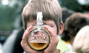 Nguy cơ cao, khi cho trẻ uống rượu, bia quá sớm