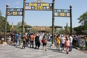 Hàng nghìn du khách trong nước tham quan Di tích Huế