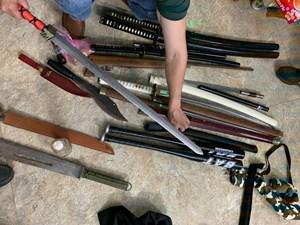 Quảng Bình: Xóa tín dụng đen, thu giữ nhiều dao, kiếm, mã tấu và súng đạn