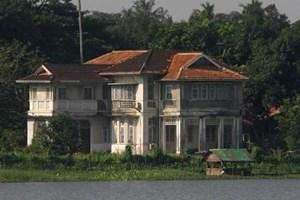 Biệt thự của bà San Suu Kyi bị ném bom xăng