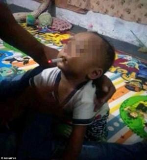 Bố ép con 9 tháng tuổi hút thuốc lá để chụp ảnh