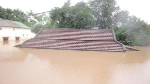 Quảng Trị: Hàng trăm ngôi nhà chìm trong biển nước