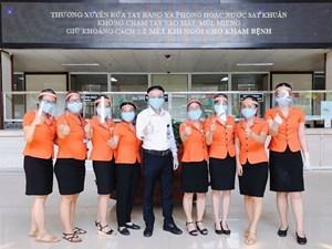 Bệnh viện Trung ương Huế tự làm mặt nạ che giọt bắn cho y, bác sĩ tuyến đầu chống dịch