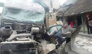 Ba mẹ con thoát chết khi xe container ủi bay 3 nhà ven đường