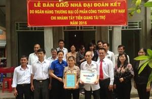 Cai Lậy (Tiền Giang): Ban giao 21 nhà Đại đoàn kết cho hộ nghèo