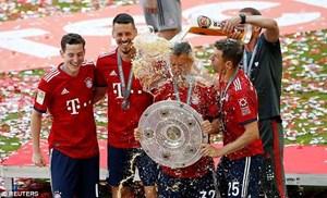 Cận cảnh màn tắm bia của Bayern Munich trong ngày nâng đĩa bạc