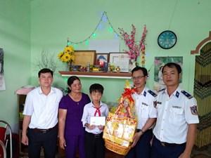 Cảnh sát biển tặng quà các gia đình khó khăn ở đảo Lý Sơn