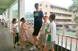 Cậu học trò lớp 6 cao 2,06 mét