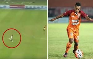 Cầu thủ Indonesia ghi bàn bằng tốc độ khó tin