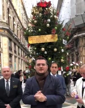 Cây thông Noel bị 'cuỗm gọn' khỏi trung tâm thương mại