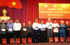 Thủ tướng Nguyễn Xuân Phúc tặng quà Tết gia đình chính sách, hộ nghèo, công nhân tại Cần Thơ