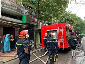 Hà Nội: Cháy tòa nhà trên phố Trung Kính, hàng trăm người bỏ chạy