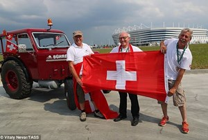 CĐV Thụy Sĩ đến Nga xem World Cup bằng máy kéo