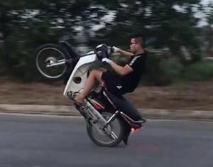 Phạt thanh niên khoe 'thành tích' bốc đầu xe máy trên mạng xã hội