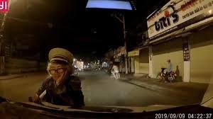 [VIDEO] Chặn xe đang di chuyển, nằm lên nắp capo chào bán vé số