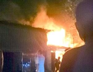 Cháy 6 nhà ven kênh ở Sài Gòn