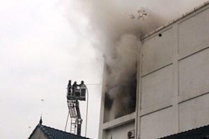 Cháy karaoke ở Hà Tĩnh:Cắt tường để tiếp cận nguồn phát cháy