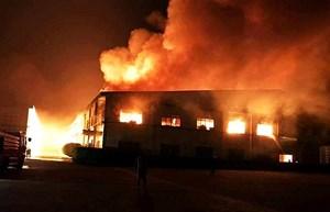 Cháy lớn bao trùm 3.000m2 nhà kho công ty RK