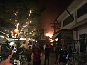 Cháy lớn ở đảo du lịch của Thái Lan, nhiều du khách bị thương