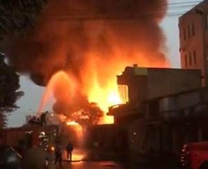 Cháy lớn tại kho đồ gỗ và nhà dân