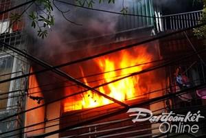 Cháy lớn thiêu rụi cửa hàng kinh doanh phụ tùng ô tô