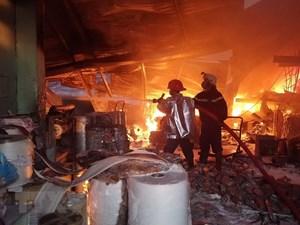 Cháy lớn thiêu rụi gần 2.000m2 tại cụm Công nghiệp Quang Trung