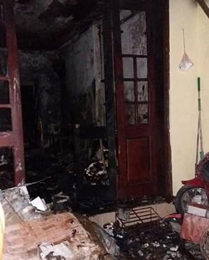Cháy nhà giữa Thủ đô, 4 mẹ con chạy lên sân thượng kêu cứu