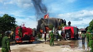 Cháy xưởng gỗ ở Quảng Bình, hơn 200 m3 gỗ bị thiêu rụi