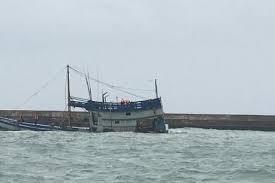 Phú Yên: Tàu cá bị sóng đánh chìm, 2 ngư dân mất tích