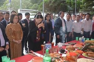 Chủ tịch Quốc hội Nguyễn Thi Kim Ngân dâng hương tại Khu di tích Ngã ba Đồng Lộc