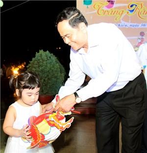 Chủ tịch UBTƯ MTTQ Việt Nam Trần Thanh Mẫn tặng quà các cháu thiếu nhi thành phố Cần Thơ vui Trung thu