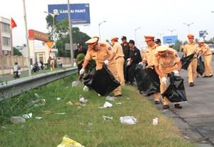 Công an Cần Thơ ra quân đảm bảo vệ sinh nơi cửa ngõ thành phố