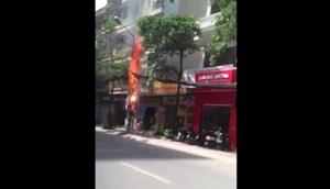 [VIDEO] Cột điện cháy nổ như pháo hoa gần trụ sở công an phường