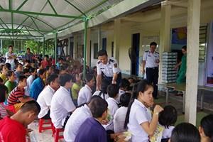 Quảng Nam: Cảnh sát biển tặng quà cho trẻ em khuyết tật
