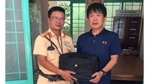 CSGT Đà Nẵng nhặt được túi xách trả lại người đánh rơi
