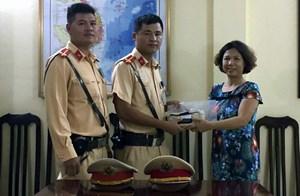 CSGT Hà Nội đuổi theo xe buýt tìm người đánh rơi 40 triệu đồng