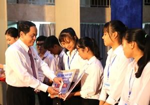 Chủ tịch Trần Thanh Mẫn trao học bổng cho sinh viên vượt khó Đại học Y dược Cần Thơ