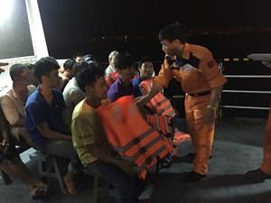 Cứu hộ 13 thuyền viên sau nhiều giờ trôi dạt trên biển