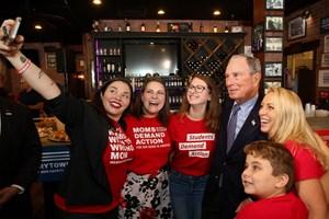 Tỉ phú Bloomberg không ngại móc hầu bao để đánh bại ông Trump