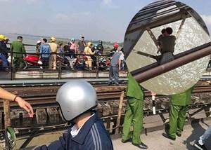 Giải cứu thành công thanh niên ôm con định nhảy cầu Long Biên
