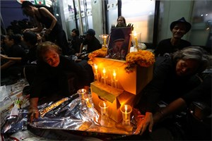 Dân Thái Lan đội mưa theo dõi tang lễ cho Quốc vương Bhumibol