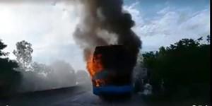 Đang lưu thông, xe giường nằm bất ngờ bốc cháy dữ dội