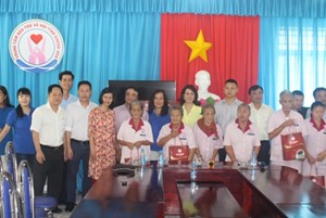 Hội Doanh nhân tỉnh Khánh Hòa tặng quà người khó khăn