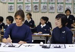 Đệ nhất phu nhân Mỹ học viết thư pháp ở Nhật
