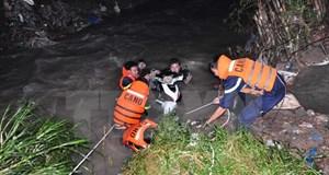 Đi xe máy qua cầu giữa đêm mưa, hai người đàn ông bị nước cuốn trôi